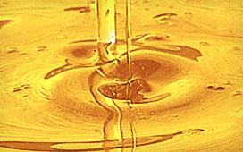 圧搾後に、濾し布や何種類もの和紙で何度も濾す独自の製法で、黄金色のつばき油が生まれます。